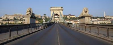 Ponte a catena, Buda Castle ed il bastione del pescatore in Budapes immagini stock