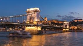 Ponte a catena, Budapest - lasso di tempo blu illuminato di ora stock footage