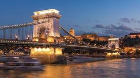 Ponte a catena, Budapest - ora blu illuminata archivi video