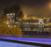 Ponte a catena con la traccia leggera del tram di arrivo, Budapest, Ungheria Fotografie Stock