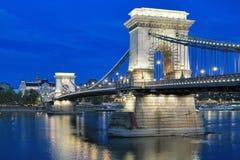 Ponte a catena di Szechenyi a Budapest nella sera, Ungheria Immagine Stock