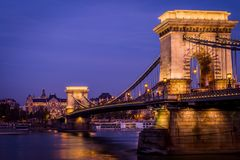 Ponte a catena entro la notte a Budapest fotografia stock