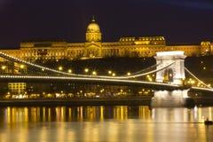 A ponte Chain e a igreja de Matthias Foto de Stock