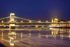 A ponte chain e Margaret de Szechenyi constroem uma ponte sobre a opinião da noite fotos de stock