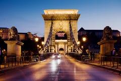 Ponte Chain em Budapest na noite imagem de stock