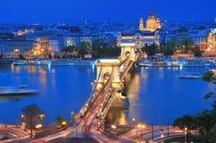 A ponte Chain em Budapest na noite Foto de Stock Royalty Free