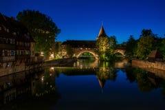A ponte chain velha Kettenssteg na cidade velha de Nuremberg, G foto de stock