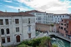 Ponte che conduce al campus universitario di Ca Foscari Fotografia Stock Libera da Diritti