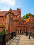 Ponte che conduce all'alto castello in Malbork immagine stock