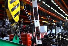 Ponte che di sollevamento Crane Hook contro lo sfondo della fabbrica industriale della catena di montaggio fotografie stock libere da diritti