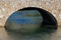 Ponte coberta com a pedra e o ribeiro Fotografia de Stock