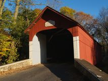 A ponte coberta de Knecht em outubro; Springtown, PA imagens de stock royalty free