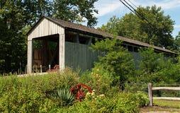 Ponte coberta de madeira velha Imagens de Stock