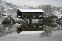 Ponte coberta do inverno fotos de stock