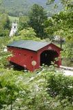 Ponte coberta e igreja de Nova Inglaterra foto de stock