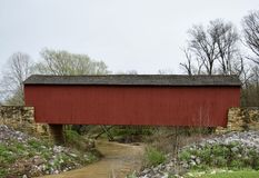Ponte coberta em um dia chuvoso Imagens de Stock