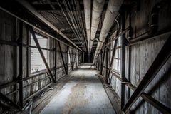 Ponte coberta em uma fábrica abandonada imagens de stock royalty free