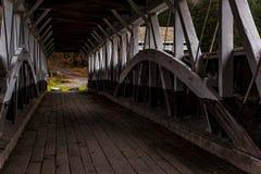Ponte coberta histórica de Barronvale - Autumn Splendor - Somerset County, Pensilvânia fotos de stock