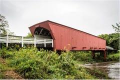 A ponte coberta icónica de Roseman que mede o rio médio, Winterset, Madison County, Iowa, EUA fotos de stock