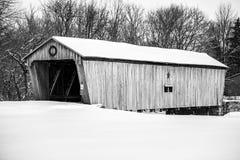Ponte coberta nevado - Lynchburg, Ohio Imagens de Stock