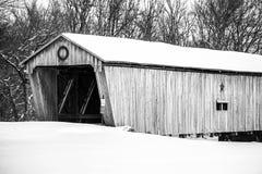 Ponte coberta nevado - Lynchburg, Ohio Imagem de Stock