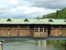 Ponte coberta no rio imagens de stock