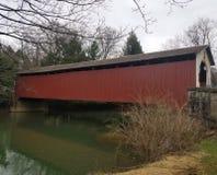 Ponte coberta no vermelho fotos de stock royalty free