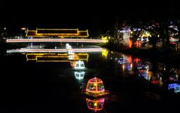 Ponte coberta sobre um rio pequeno, iluminação da noite, luzes de néon imagens de stock royalty free