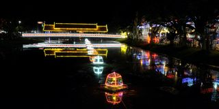 Ponte coberta sobre um rio pequeno, iluminação da noite imagem de stock