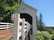 Ponte coberta velha fotografia de stock