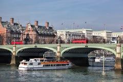 Ponte com os ônibus vermelhos contra o navio de cruzeiros da cidade em Londres, Inglaterra, Reino Unido Imagens de Stock