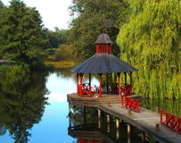 Ponte com pavilhão vermelho Imagem de Stock Royalty Free