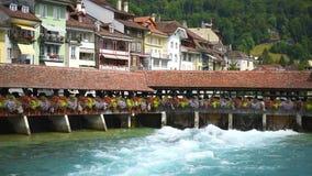 Ponte com uma porta de água na cidade de Thun em Suíça vídeos de arquivo