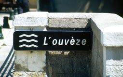 Ponte con il segno che indica il fiume, il Ouvèze nel sur Ouvèze di Mollans nel DrÃ'me Provençale fotografia stock libera da diritti