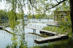 Ponte con il supporto conico sopra un fiume in campagna, retro stile Fotografia Stock Libera da Diritti
