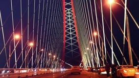 Ponte con l'arco rosso alla notte stock footage