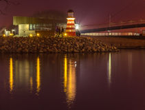 Ponte con la riflessione nell'acqua alla notte Fotografia Stock