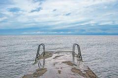 Ponte con la scala sull'oceano Immagini Stock Libere da Diritti