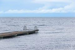 Ponte con la scala sull'oceano Fotografia Stock
