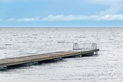 Ponte con la scala sull'oceano Fotografia Stock Libera da Diritti