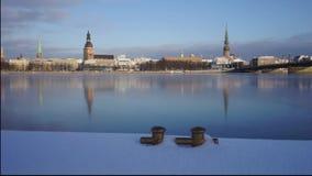 Ponte con le viste di Riga nell'inverno video d archivio