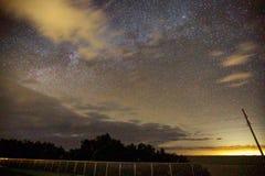 Ponte con milkyway ed il tramonto Fotografia Stock