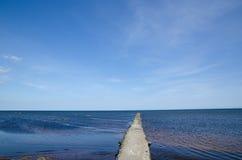 Ponte concreta na costa Fotos de Stock