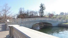 Ponte concreta sobre o lago filme