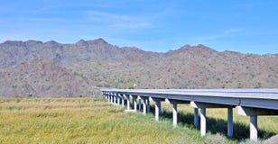 Ponte concreto che misura la palude del fiume Colorado fotografie stock