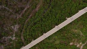 Ponte concreto lungo sopra la valle collinosa verde video d archivio