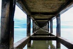 Ponte concreto nel mare immagini stock