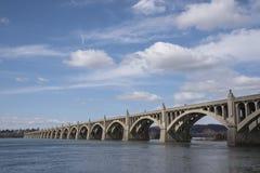 Ponte concreto sopra il fiume un bello giorno Fotografie Stock