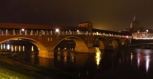 Ponte Coperto在有夜光的帕尔瓦 意大利 免版税库存图片