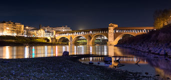 Ponte Coperto à Pavie en Lombardie, Italie Tir de nuit Photo stock